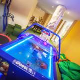Detská herňa s hernými konzolami