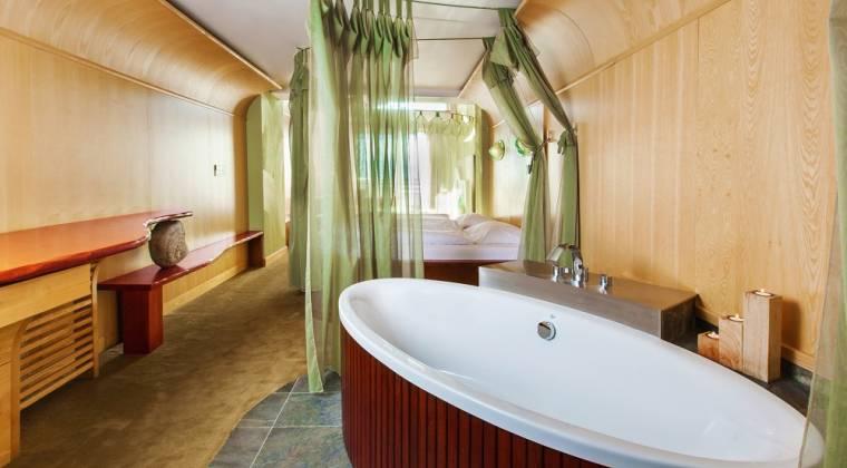 Tematická izba Honeymoon suite s vaňou v priestore - Hotel PARTIZÁN